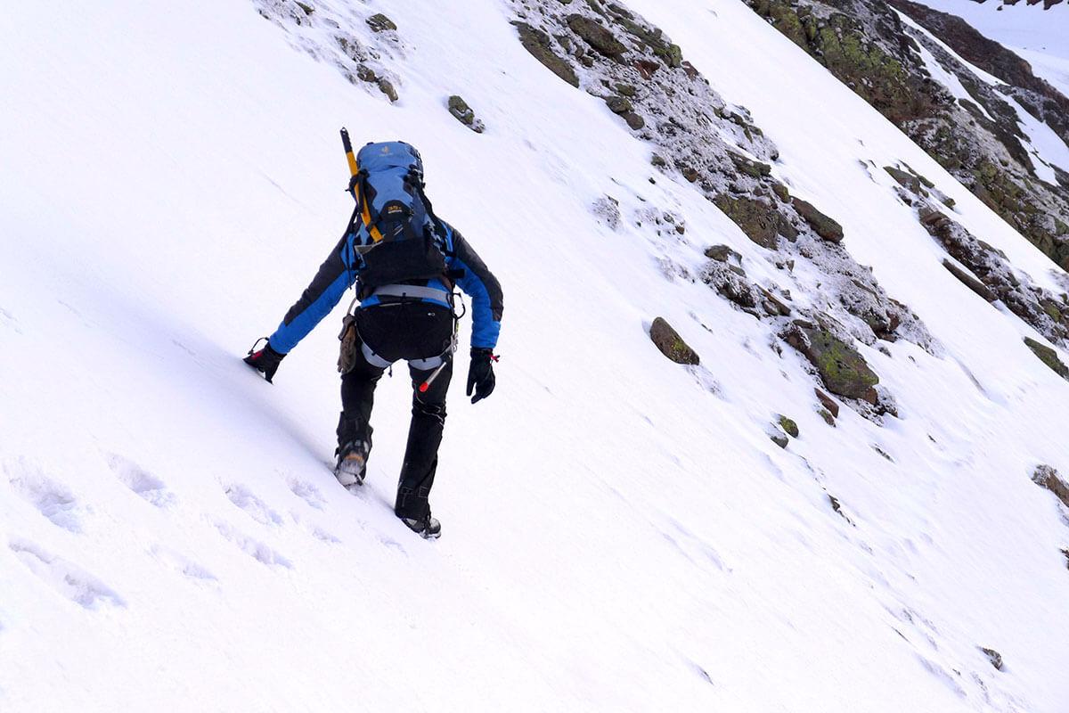 Ein Abrutschen auf der hartgefrorenen Schneedecke an steilen Berghängen kann schwerwiegende Folgen für Wanderer haben