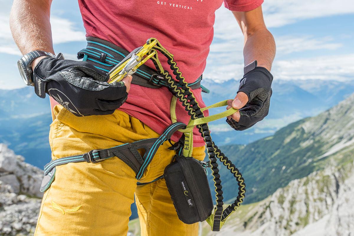 Das regelmäßige Überprüfen der Ausrüstung ist eine wichtige Voraussetzung für Bergsportler