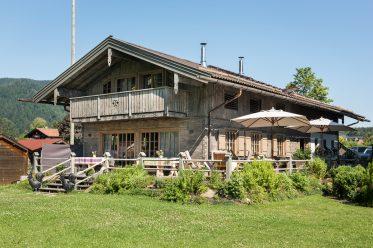 Das Relais Chalet Wilhelmy am Tegernsee ist ein bezaubernder Ort für Sommerfrische.