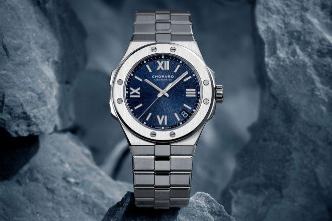 Alpine Eagle Chopard. Eine 41mm grosse Uhr aus Lucent Stahl A223, ausgestattet mit einem in Aletsch-Blau galvanisierten Messingzifferblatt mit Strahlenmuster, welche von der Iris eines Adlers inspiriert ist. Angetrieben wird sie vom Chronometer (COSC) zertifizierten Chopard-Kaliber 01.01-C, einem mechanischen Werk mit automatischem Aufzug. Die Uhr präsentiert sich mit einem Gliederarmband aus Lucent Stahl A223