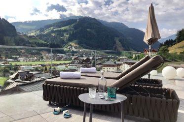 Alpine Lifestyle liegt vor allem bei Städtern wieder voll im Trend. Je rasanter Urbanisierung und Digitalisierung voranschreiten, desto mehr sehnen wir uns nach Natur, Heimatgefühl und alpinem Lebensstil. Dazu gehören nicht nur regionale und gesunde Küche, sondern auch Materialien mit Haptik wie Leder, Loden, Stein oder Holz