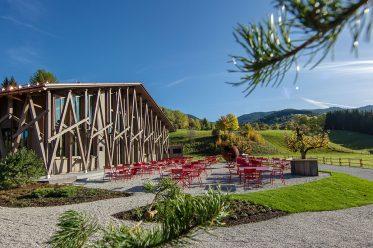 """Wo schlafen zur Kunstsache wird: erstes Boutique-Hotel im Naturpark Ammergauer Alpen. Zum neuen Hotel """"Lartor"""" gehören ein Restaurant, eine Kunsthalle mit Skulpturengarten sowie ein Innovationszentrum"""