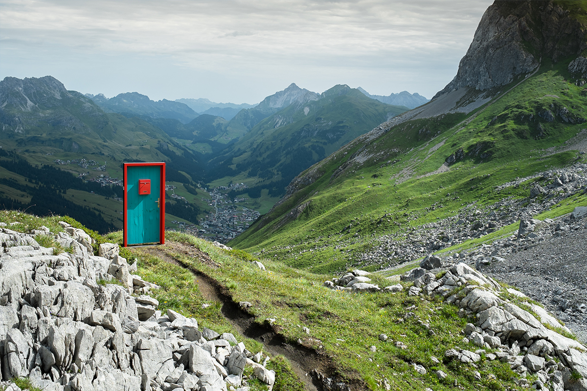 Die Tür mit dem Briefkasten ist von Nikolaus Kocher