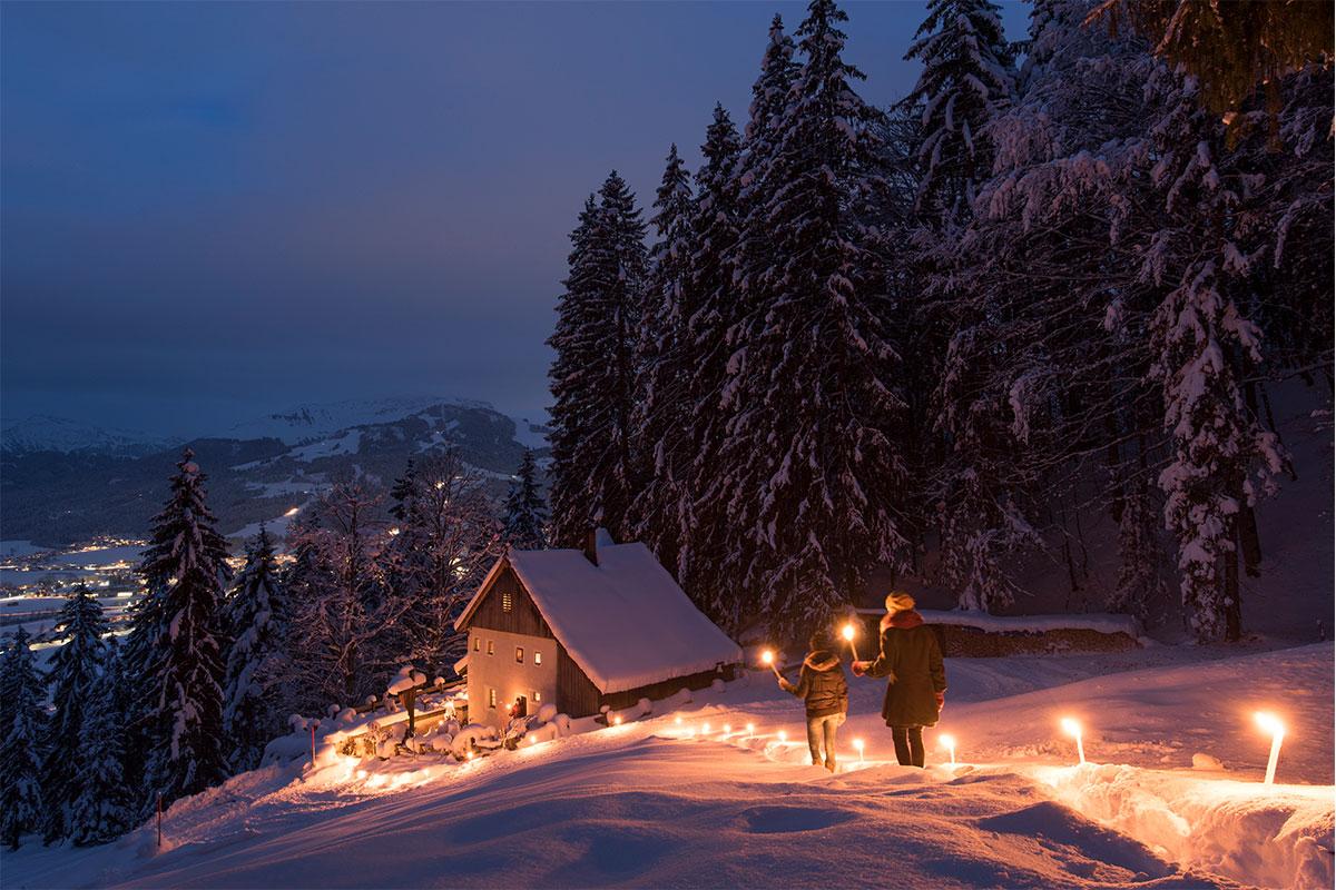Romantische Fackelwanderung bei Nacht
