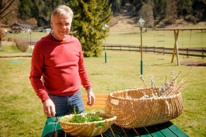 Poimbesei selber binden, Ostereier traditionell färben und Eierpecken – auch wenn in diesem Jahr kein Oster-Urlaub möglich ist, kann man ganz einfach von zu Hause aus drei schöne Osterbräuche aus St. Johann in Tirol mit der Familie erleben