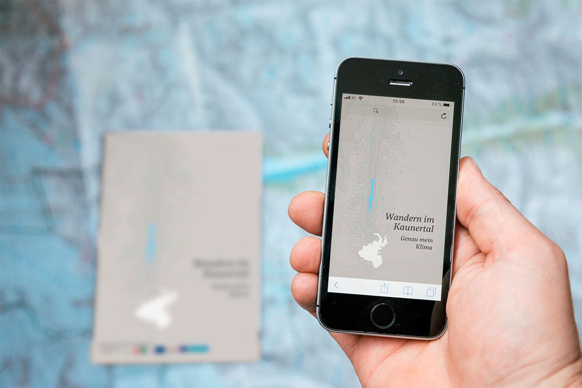 Smartphone mit Wanderroute