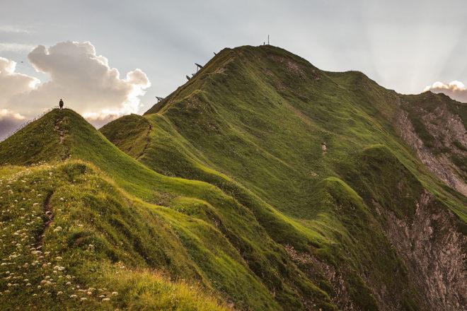 """Im Sommer zeigt sich die Hochgebirgslandsschaft zwischen Allgäu und SIlvretta von ihrer """"nackten"""" - also ruhigen - Seite. © Warth-Schröcken/Stiphout"""