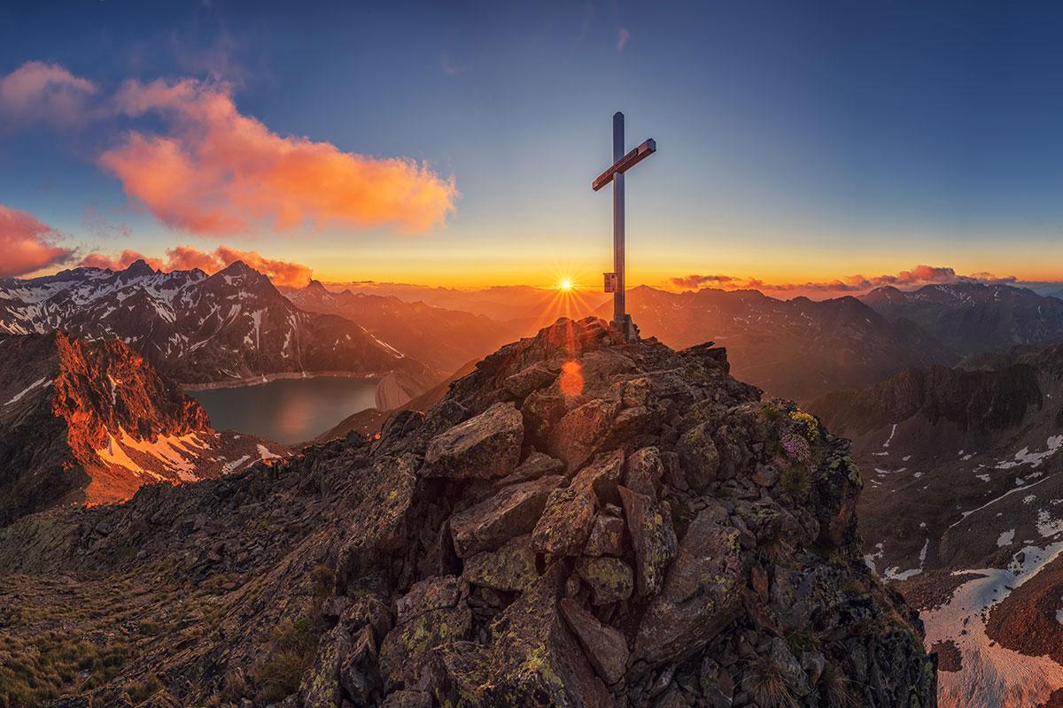 Keine 30 Minuten vom quirligen, angesagten Innsbruck entfernt, steht man auf einsamen Berggipfeln oder wandert durch traditionelle Almlandschaften. © Innsbruck Tourismus