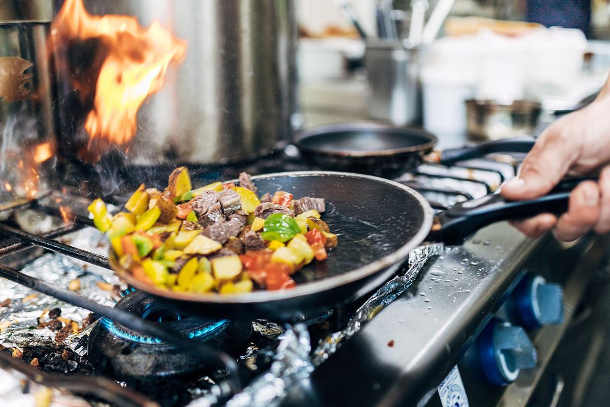 Kulinarisches Highlight auf der Klagenfurter Hütte ist das Bauerngröstl, ein Pfannengericht aus Kartoffeln, Zwiebeln und Rindfleisch. © Klagenfurter Hütte / Infrastil