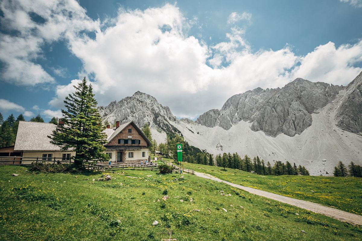 Am südlichen Fuße des Kosiak, auf der Matschacher Alm, befindet sich die Klagenfurter Hütte. © Klagenfurter Hütte / Infrastil