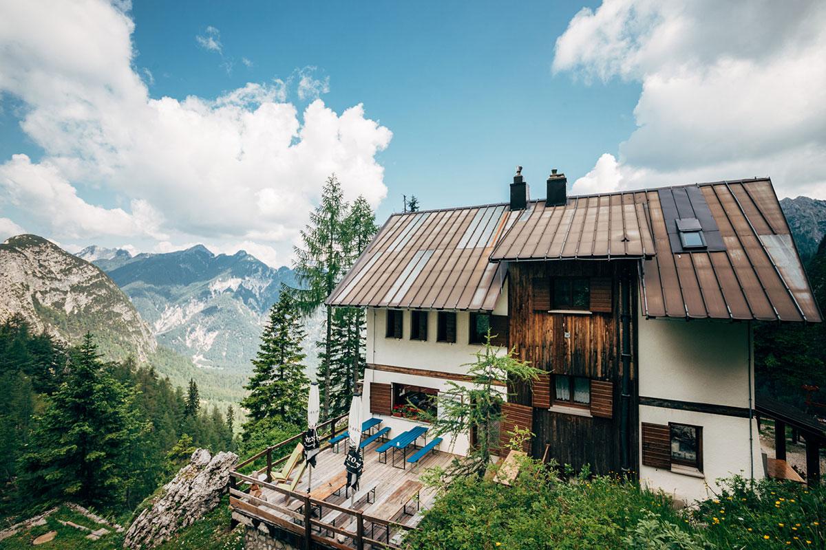 """Das Rifugio Luigi Pellarini, kurz genannt auch """"Pellarini-Hütte"""", gelegen an der Nordseite des Jôf Fuart in den Julischen Alpen. © Region Villach Tourismus / Infrastil"""