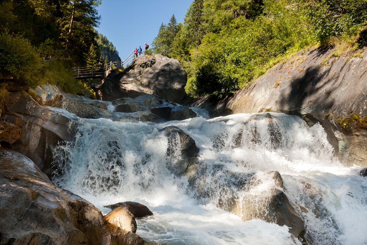 Besonders erfrischend: eine Naturdusche in der Gischt der Umbalfälle. © Nationalpark Hohe Tauern/Martin Lugger