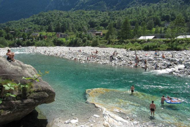 Eine frische Abkühlung nach einer Radtour oder Wanderung beziehungsweise einfach in der Sonne abschalten und dem Geräusch von Wasser lauschen: Einsame Badeplätze im Tessin – Verzasca in Brione