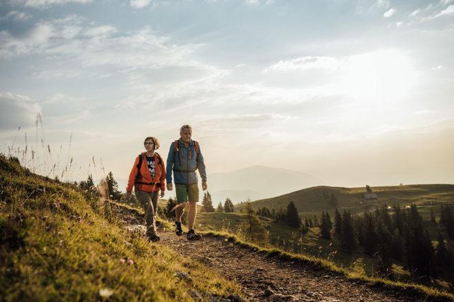 Nach einer ausgiebigen Wanderung genießt man den atemberaubenden Blick auf die Bergkulisse. © Region Villach Tourismus / Martin Hofmann