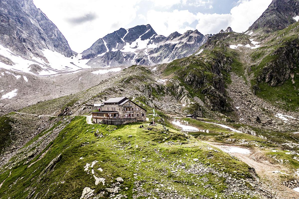 Zwischenetappe auf der Verwallrunde – wer die Darmstädter Hütte auf 2.384 Metern südlich von St. Anton am Arlberg/Tirol besuchen möchte, benötigt im Herbst 2020 eine Vorreservierung. © TVB St. Anton am Arlberg/Patrick Bätz