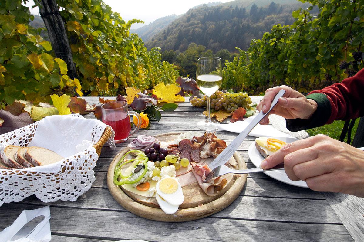 """Das Verkosten des regionalen Weins – den Schilcher – mit einer zünftigen Jausenplatte und den vielen Schilcherspezialitäten sind ein """"Muss"""" Foto: © Steiermark Tourismus/Gery Wolf"""