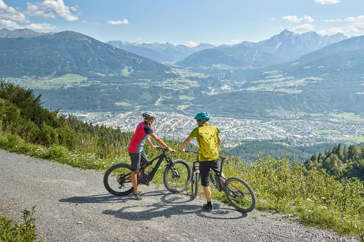 Auf den Südhängen hoch über der Stadt – rundum den Sonnenbalkon namens Hungerburg – führen jede Menge lohnenswerter (E-)Mountainbike-Touren hinauf zu bewirtschafteten Almen. © Innsbruck Tourismus/Christian Vorhofer