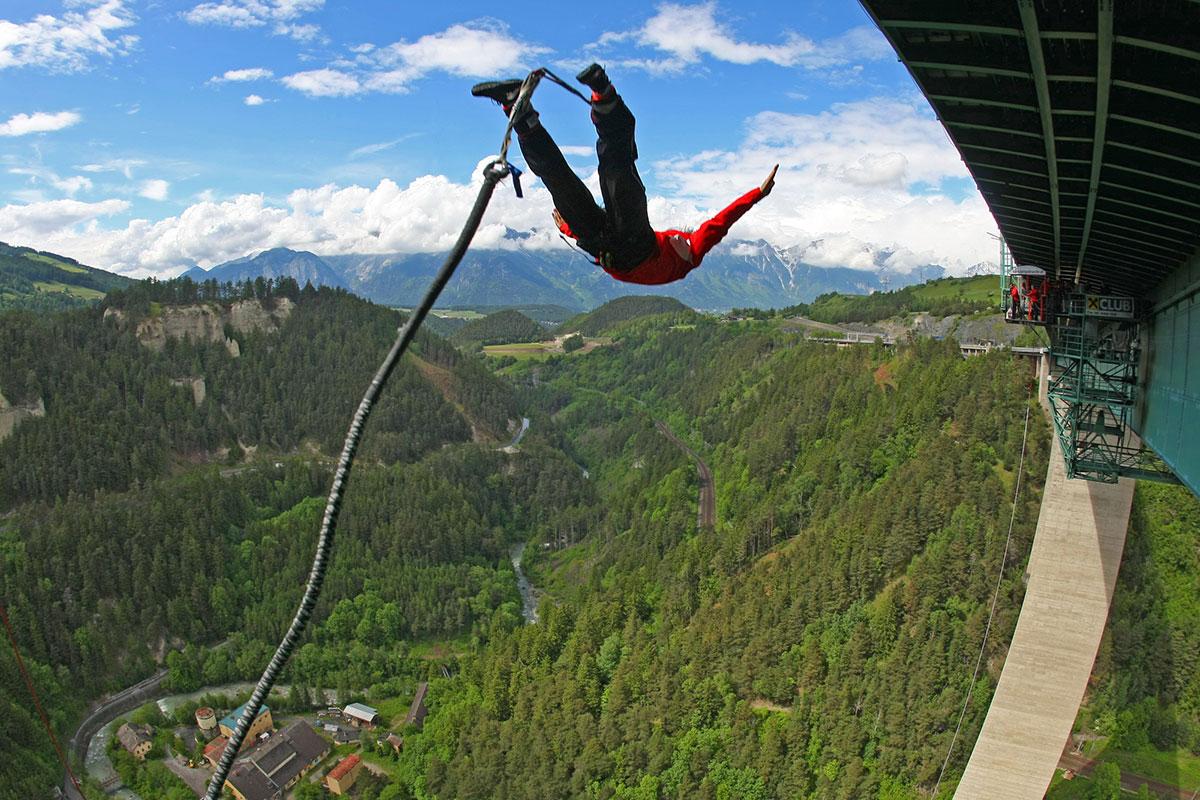 Die Europabrücke im Norden von Innsbruck gibt es einen der spektakulärsten Bungee-Jumps der Welt. © Rupert Hirner Bungy Jumping_Ch. Birbaumer