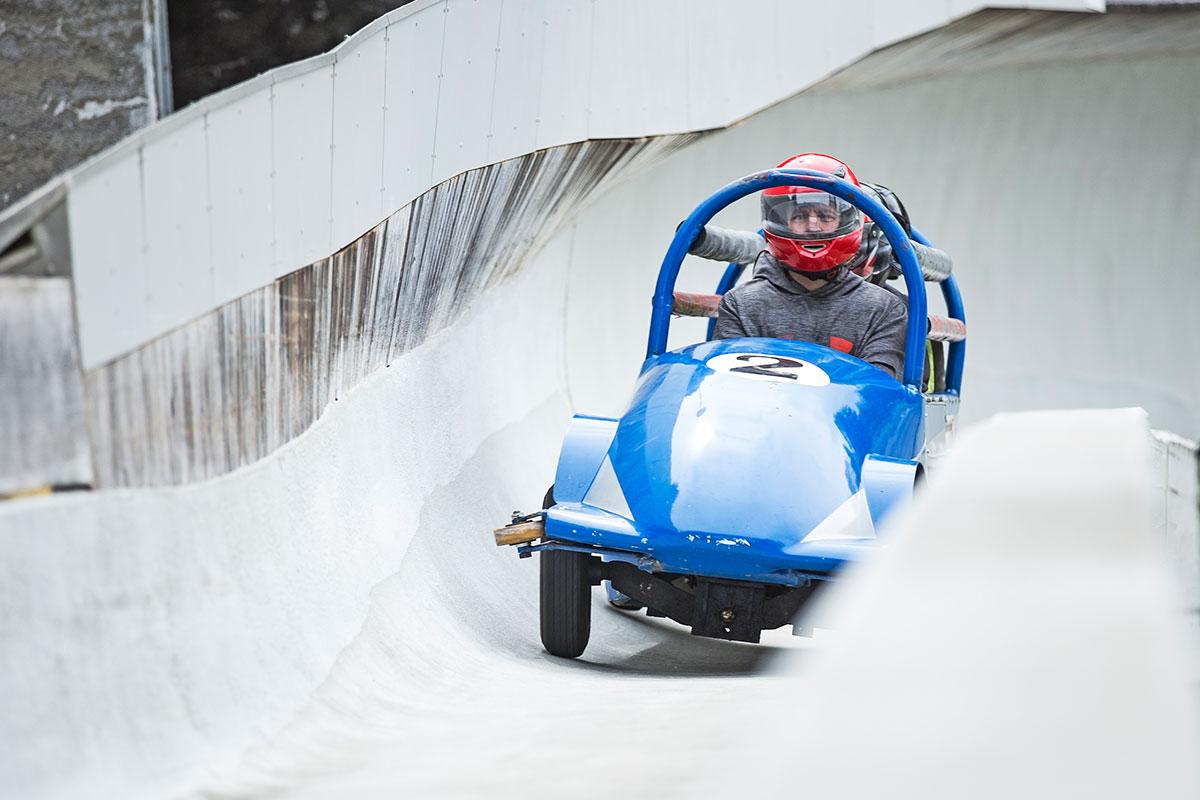 Auch im Sommer können geschwindigkeitsfeste Gäste mit einem erfahrenen Piloten die Eisbobbahn mit bis zu 100 km/h hinunterheizen. © Knauseder Event Concept