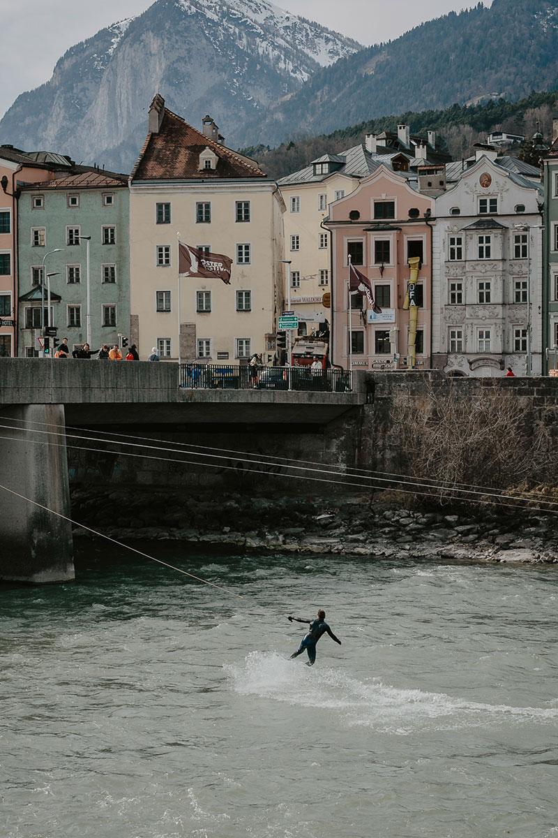 """""""Upstream Surfing"""" nennt sich das Zauberwort, mit dem ein junges Start-Up Surfer und alle, die es werden wollen, nach Innsbruck lockt. © Innsbruck Tourismus/Emanuel Kaser"""