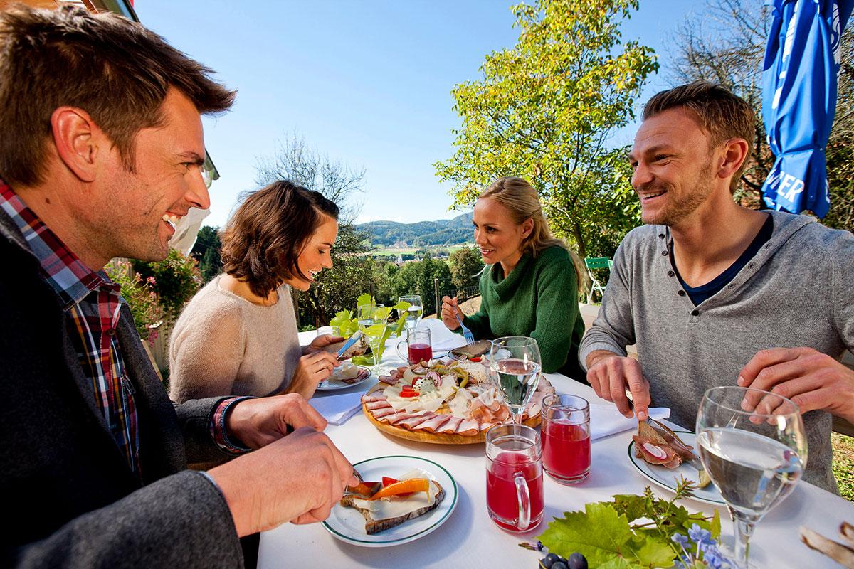 Die kulinarische Weinberg Wanderung lockt mit regionalen Köstlichkeiten in zahlreichen kulinarischen Betrieben, Weinkellern, Buschenschänken und Weingütern Foto: © Steiermark Tourismus/Tom Lamm