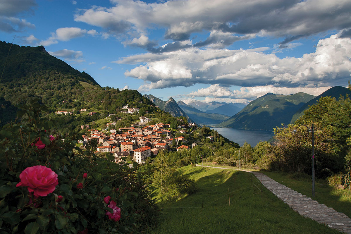 Wie gemalt schmiegt sich das Künstlerdorf Brè in den gleichnamigen Hausberg von Lugano im Tessin/Schweiz, wo die dreitägige Lugano Trekking Tour beginnt. © Lugano Region