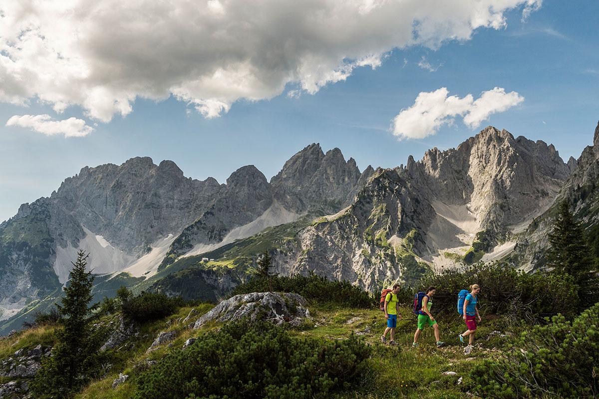 Bei der Umrundung des Wilden Kaisers in Tirol steigen Wanderer am ersten Tag in Richtung Gruttenhütte auf. © Wilder Kaiser