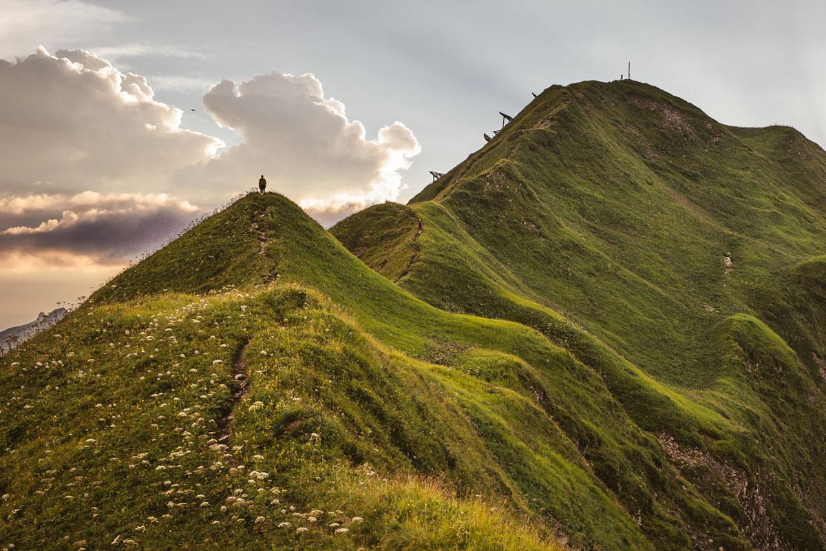 Markante Felsriesen und sanfte Wiesenkämme: Rund um Warth und Schröcken kann man 14 Gipfeln unerwartet einfach aufs Dach steigen. © Warth-Schröcken/Stiphout