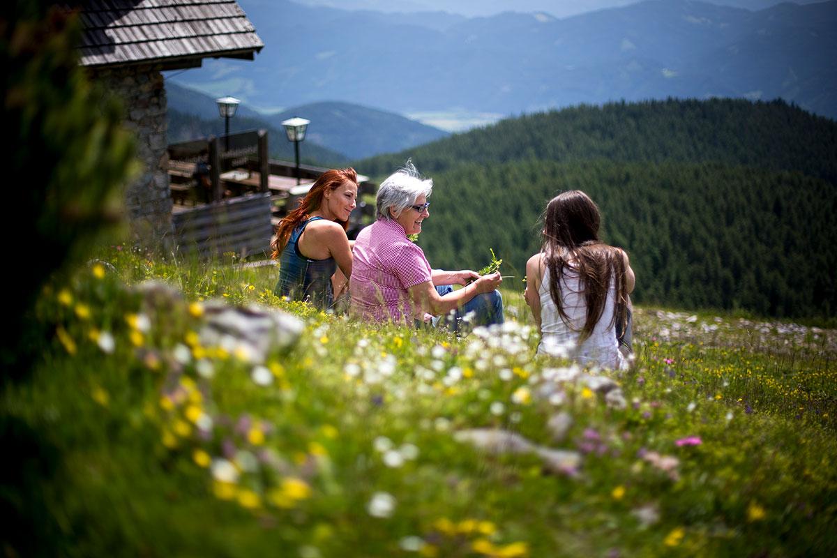 Die Wanderer erreichen die Lurgbauerhütte am besten über die Rundtour über die Schneealm im Naturpark Mürzer Oberland.