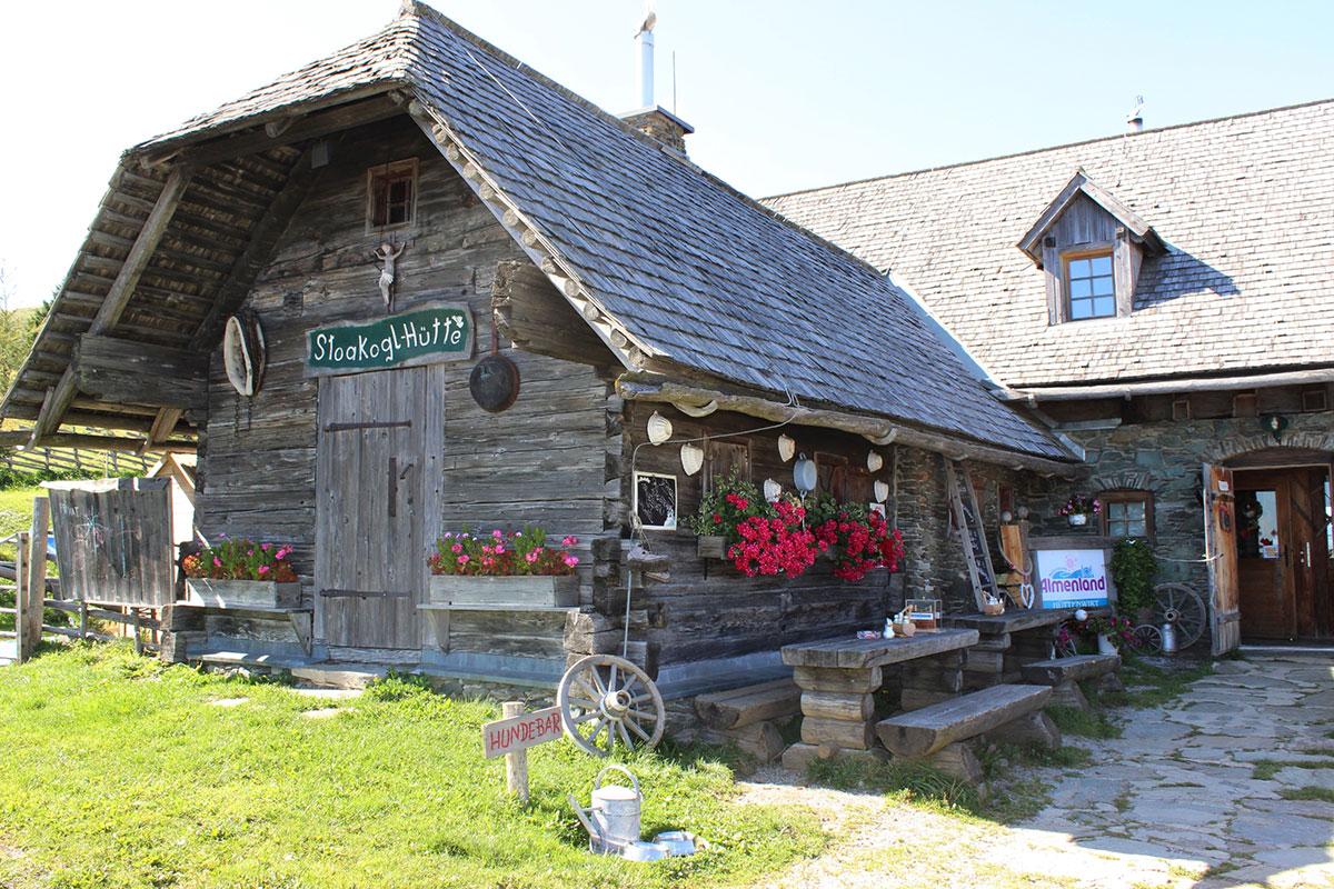 Die Stoakoglhütte liegt auf der Sommeralm inmitten des größten zusammenhängenden Almweidegebiet Mitteleuropas. Foto: © Pollhammer