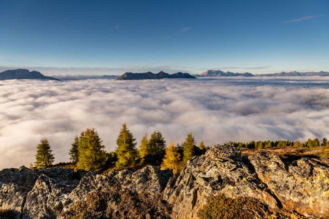 Die goldene Jahreszeit und das Herbstwetter im Drautal erzeugen geradezu eine mystische Atmosphäre mit Blick auf die umliegende Bergwelt. ©Foto: Franz Gerdl