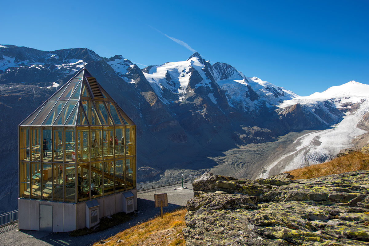 Von der Kaiser-Franz-Josefs-Höhe genießt man einen fantastischen Ausblick auf den Großglockner, den höchsten Berg Österreichs.