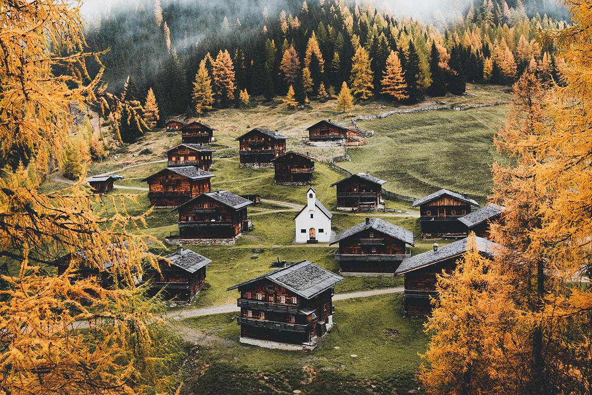 Osttirol besticht bis weit in den Herbst hinein mit Sonne, urigen Bergdörfern und faszinierenden Naturschauspielen. Foto: © TVB Osttirol - Elias Bachmann
