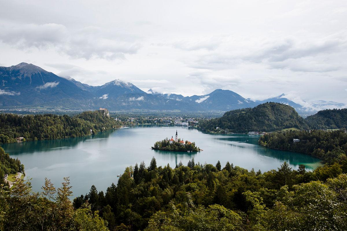 Der berühmte Bleder See ist nur eine von zahlreichen Stationen auf dem Fernwanderweg. Foto: © Alex Strohl