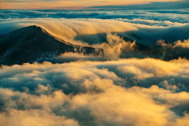 Wenn feuchte, bodennahe Luft bis zum Taupunkt abkühlt, bildet sich Nebel. Die Sichtweite beträgt dann unter einem Kilometer.